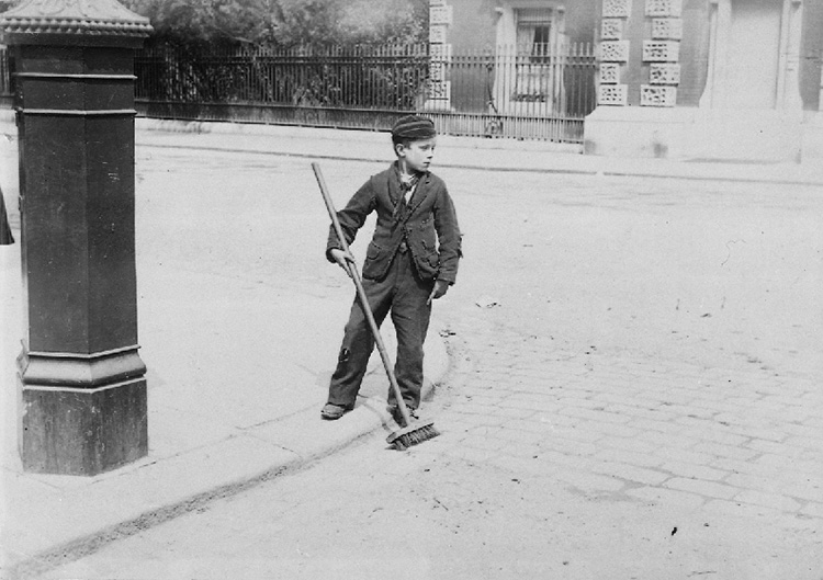 Crossing sweeper, King William Street, Greenwich, 1885